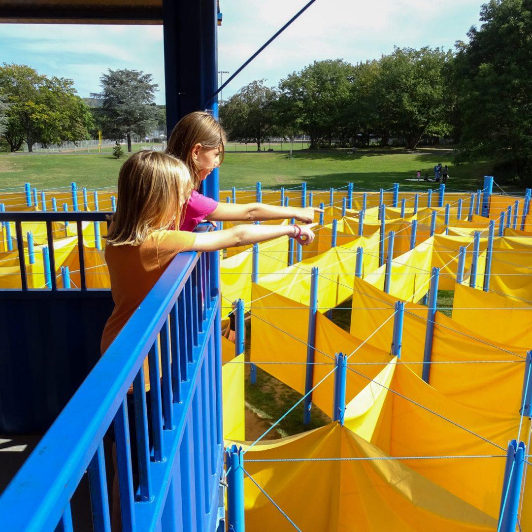 Kinder auf dem Labyrinthturm