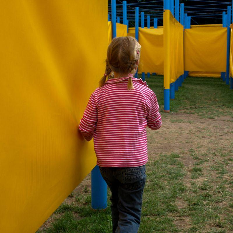 Kind im Labyrinth